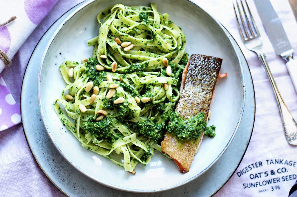 pasta-med-gronnkalspesto-og-stekt-laks