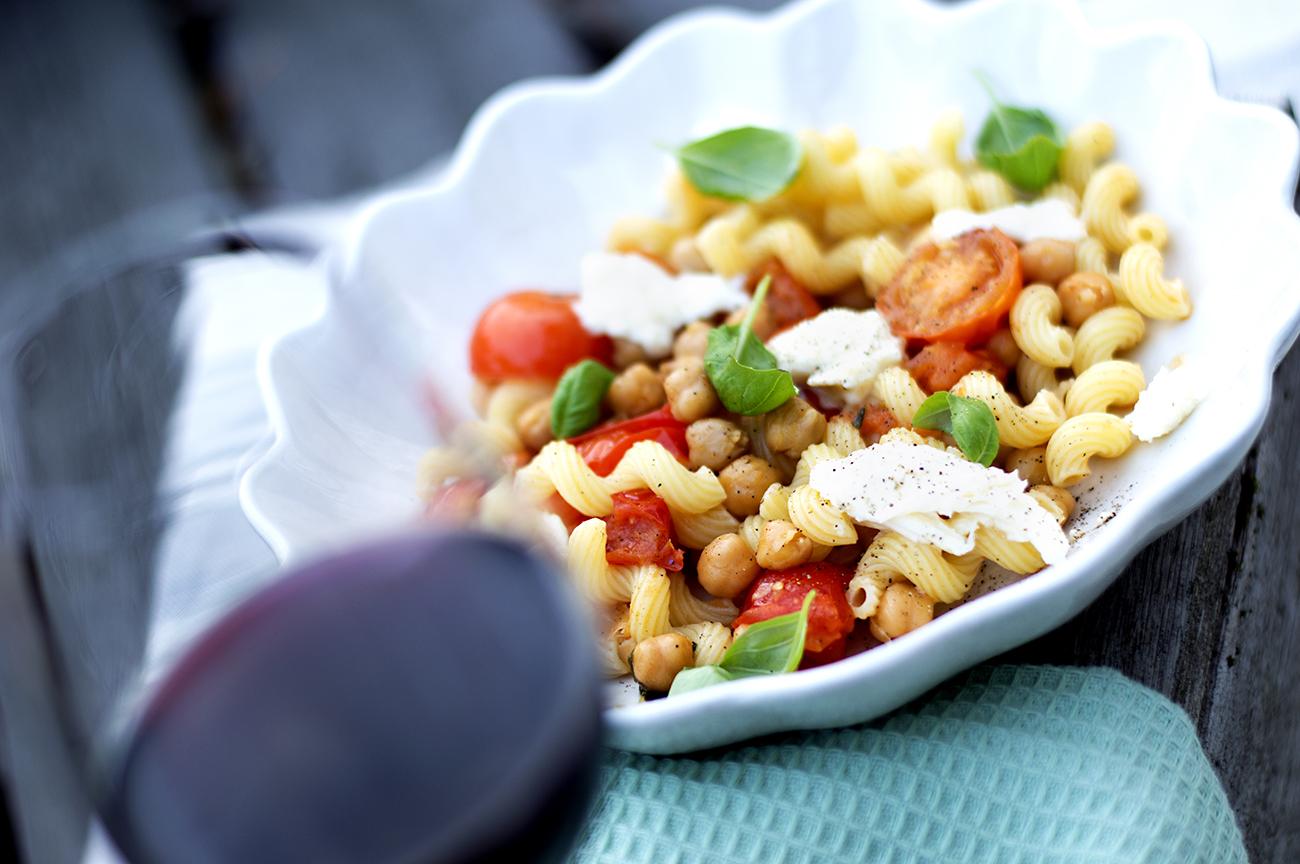 pastaskruer-med-tomat-basilikum-og-mozzarella