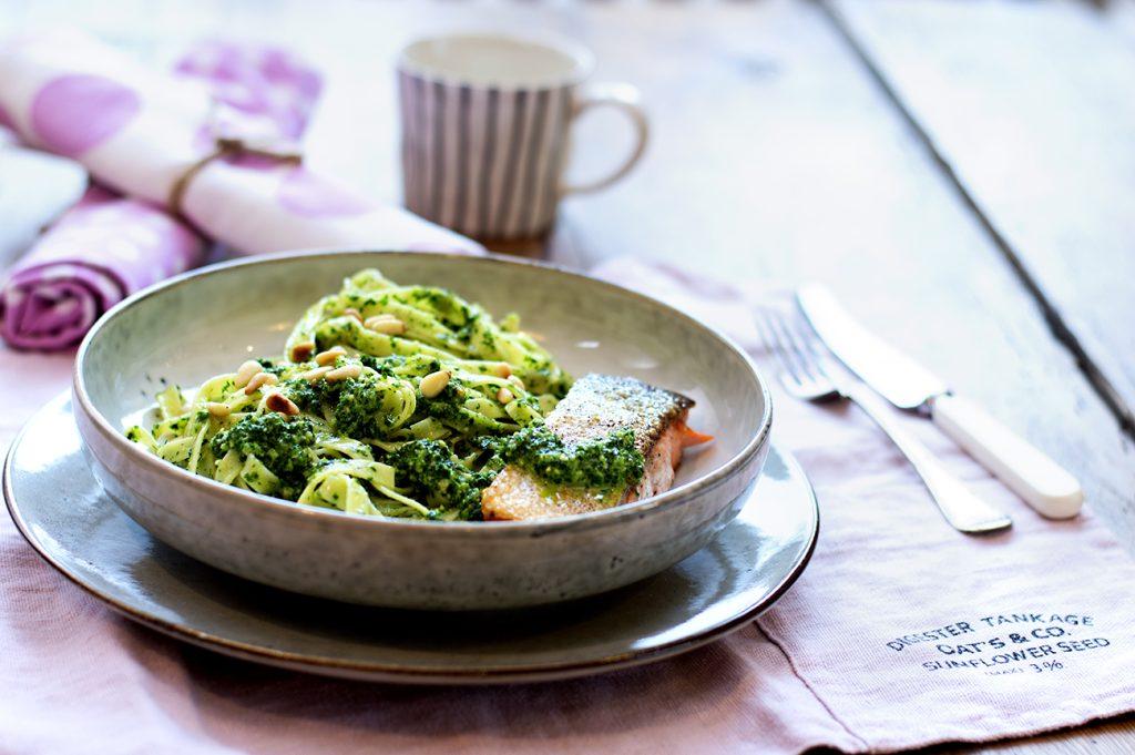 stekt-laks-med-gronnkalspesto-og-pasta