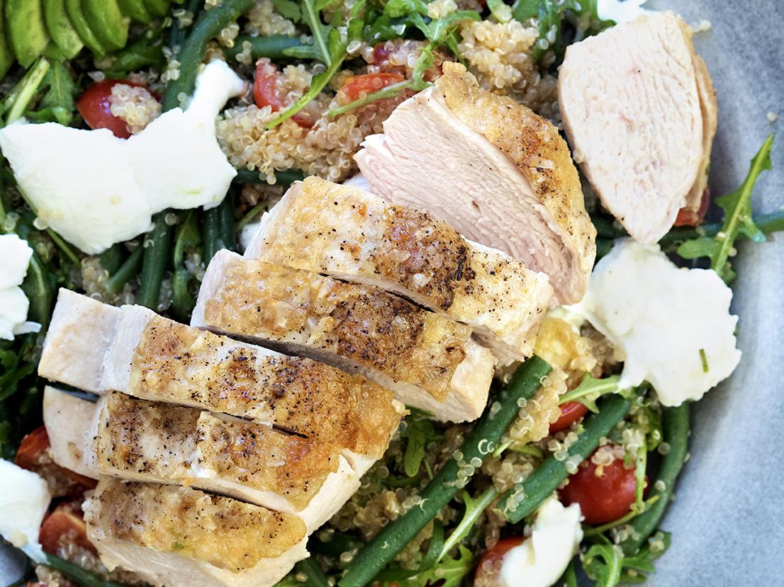 kylling-med-quinoa-bønner-og-avokado