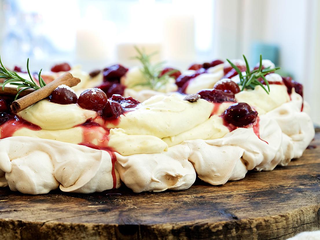 pavlova med vaniljekrem og kirsebær