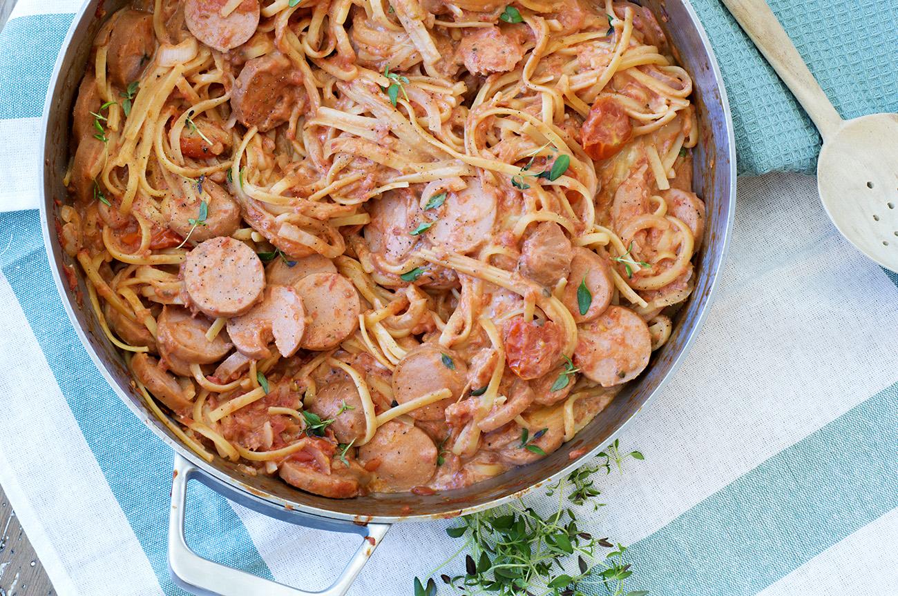 one-pot-med-spagetti-tomatsaus-og-polser-3