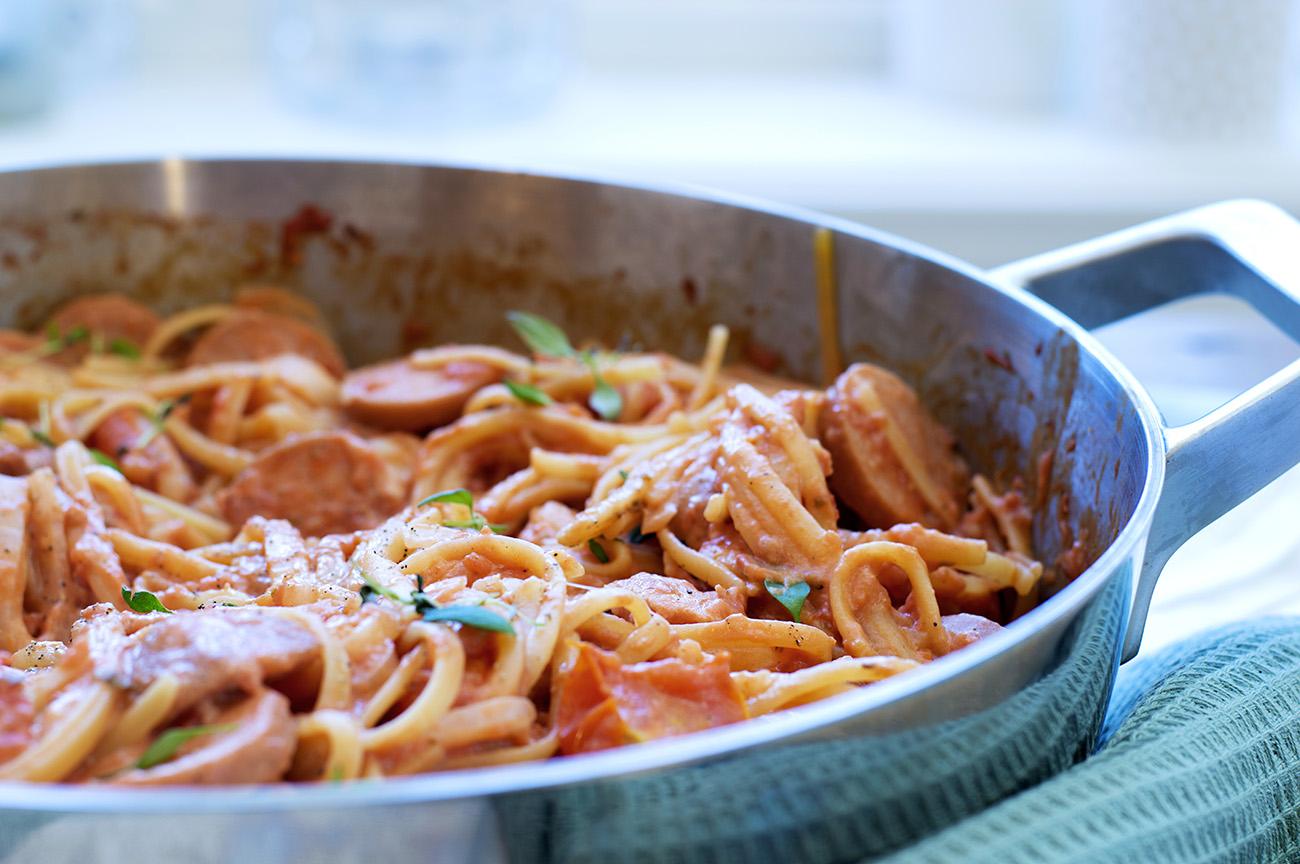 one-pot-med-spagetti-tomatsaus-og-polser