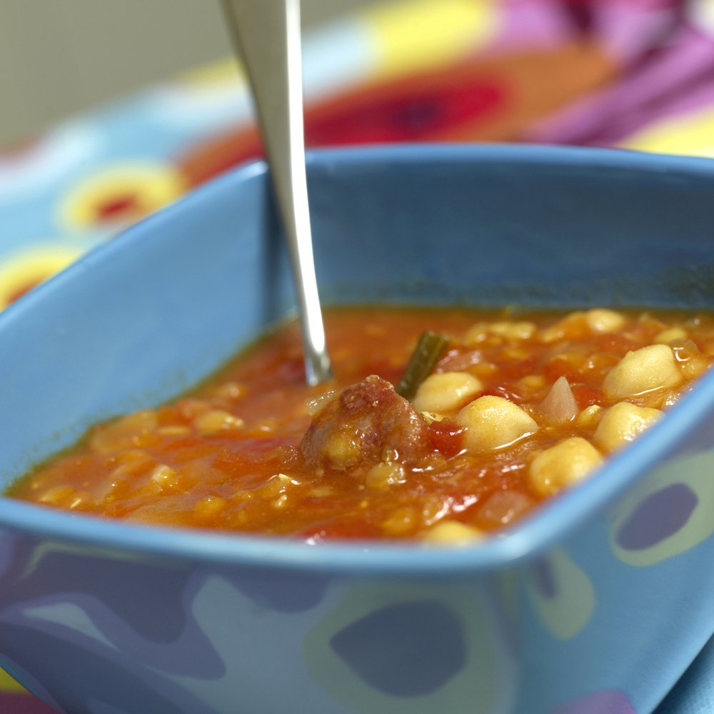Suppe med kikerter, chorizo og røde linser