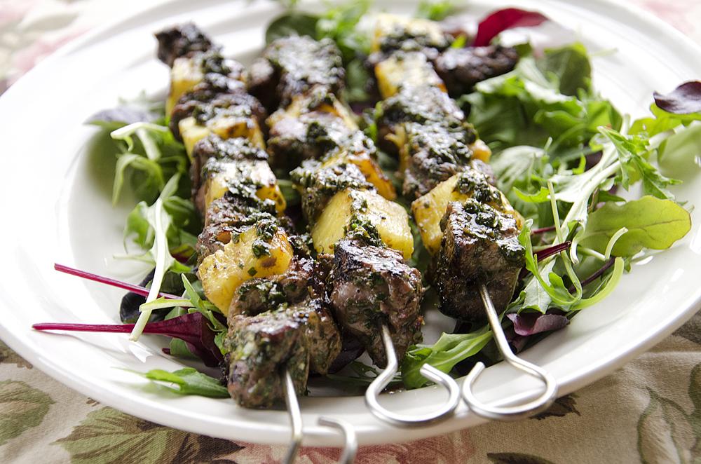 Saftige grillspyd med ananas og persillesaus