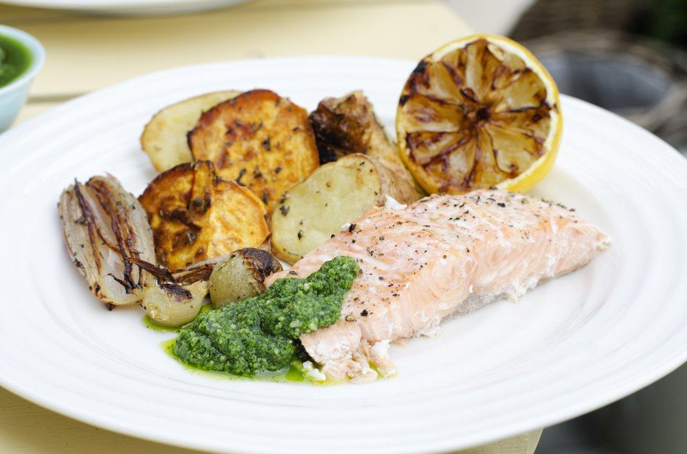 Grillet laks med råstekte grønnsaker og pesto