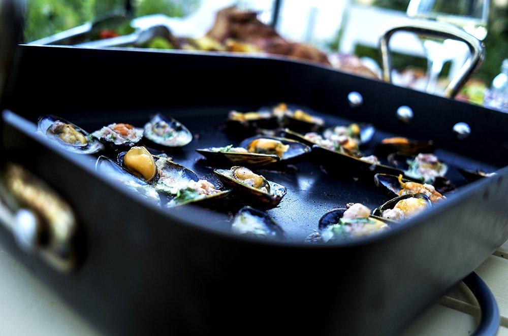 Parmesangratinerte blåskjell med spekeskinke