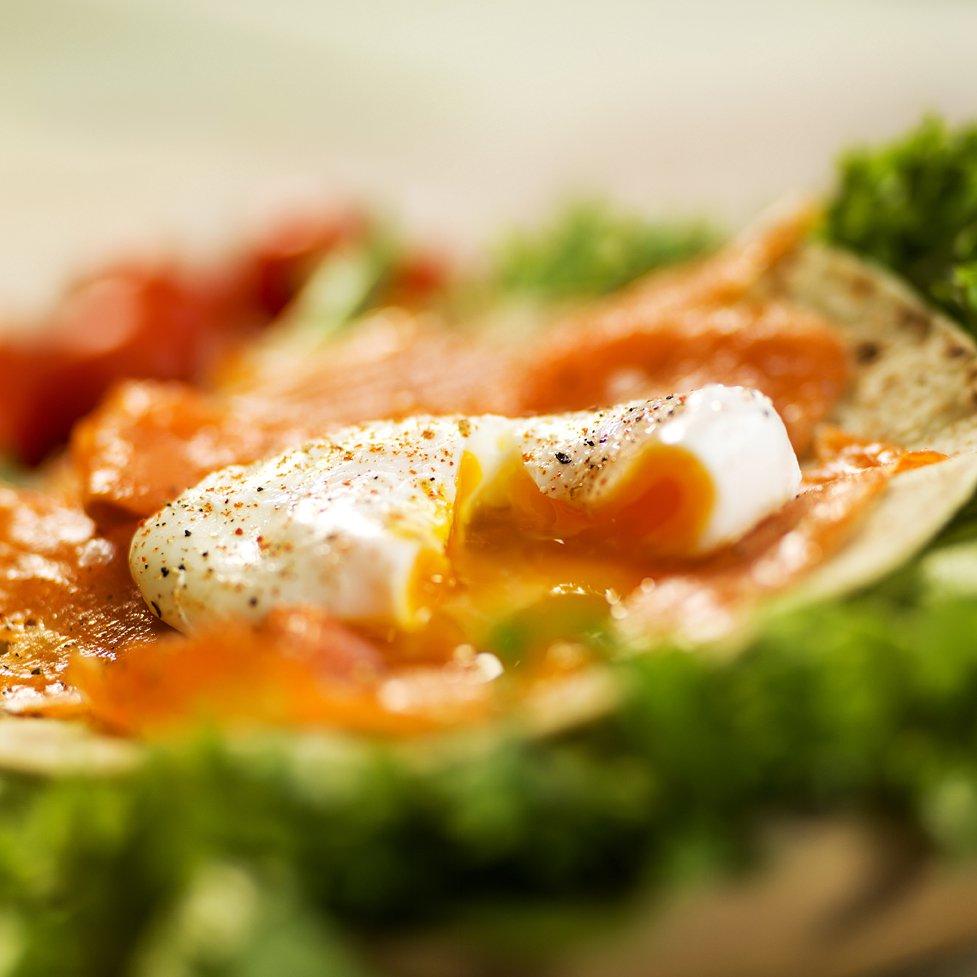 Lomper med røkt laks og posjert egg