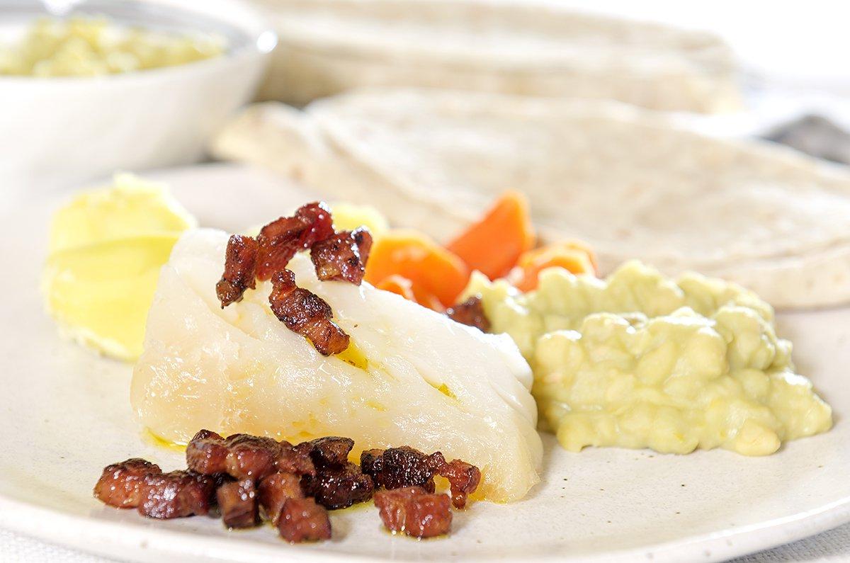 Lutefisk med bacon, lefse og ertestuing