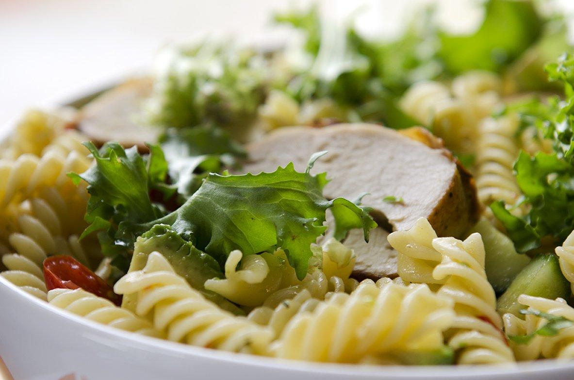 Pastasalat med kylling og avokado