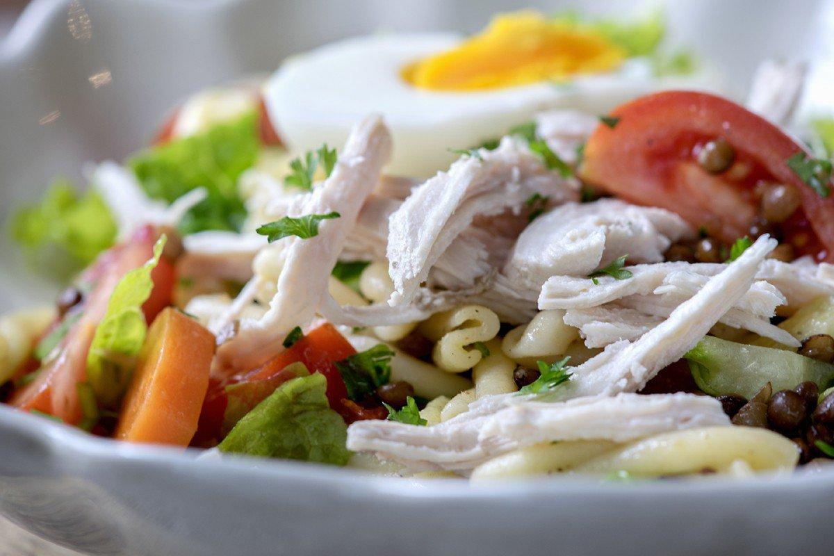 Kyllingsalat med linser og egg