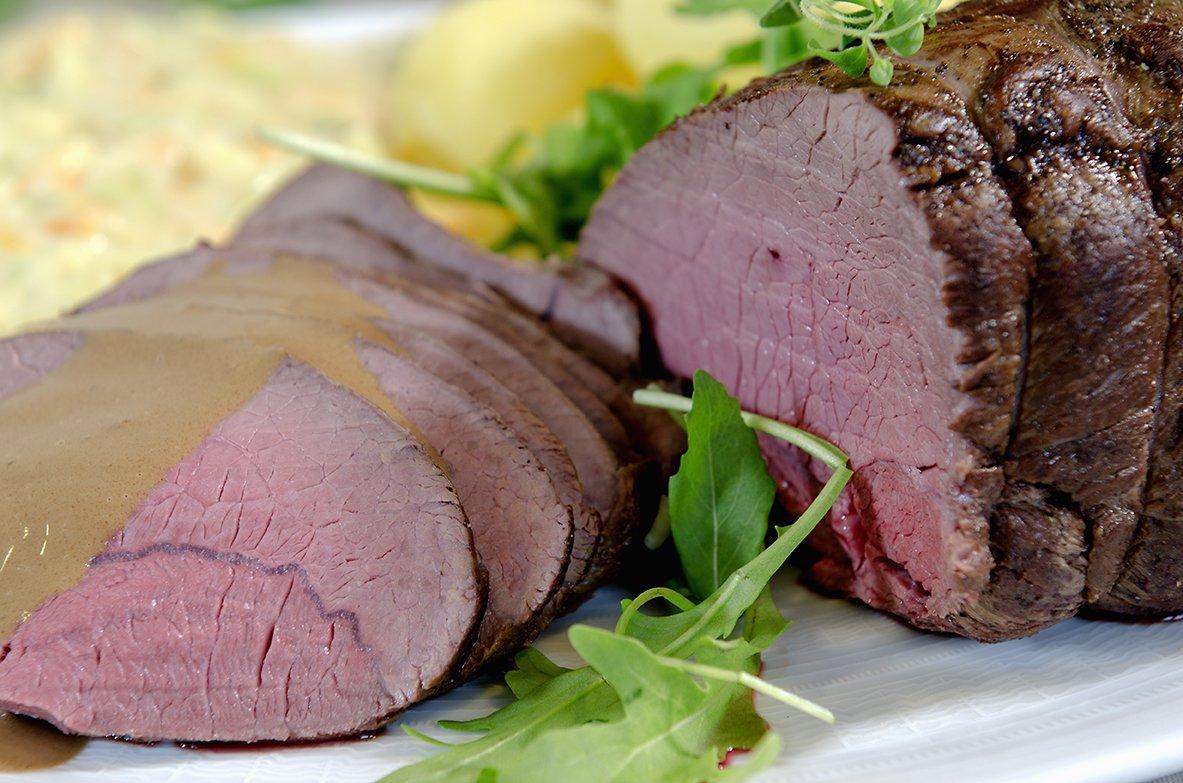 Elgstek med kål- og gulrotstuing og brun saus