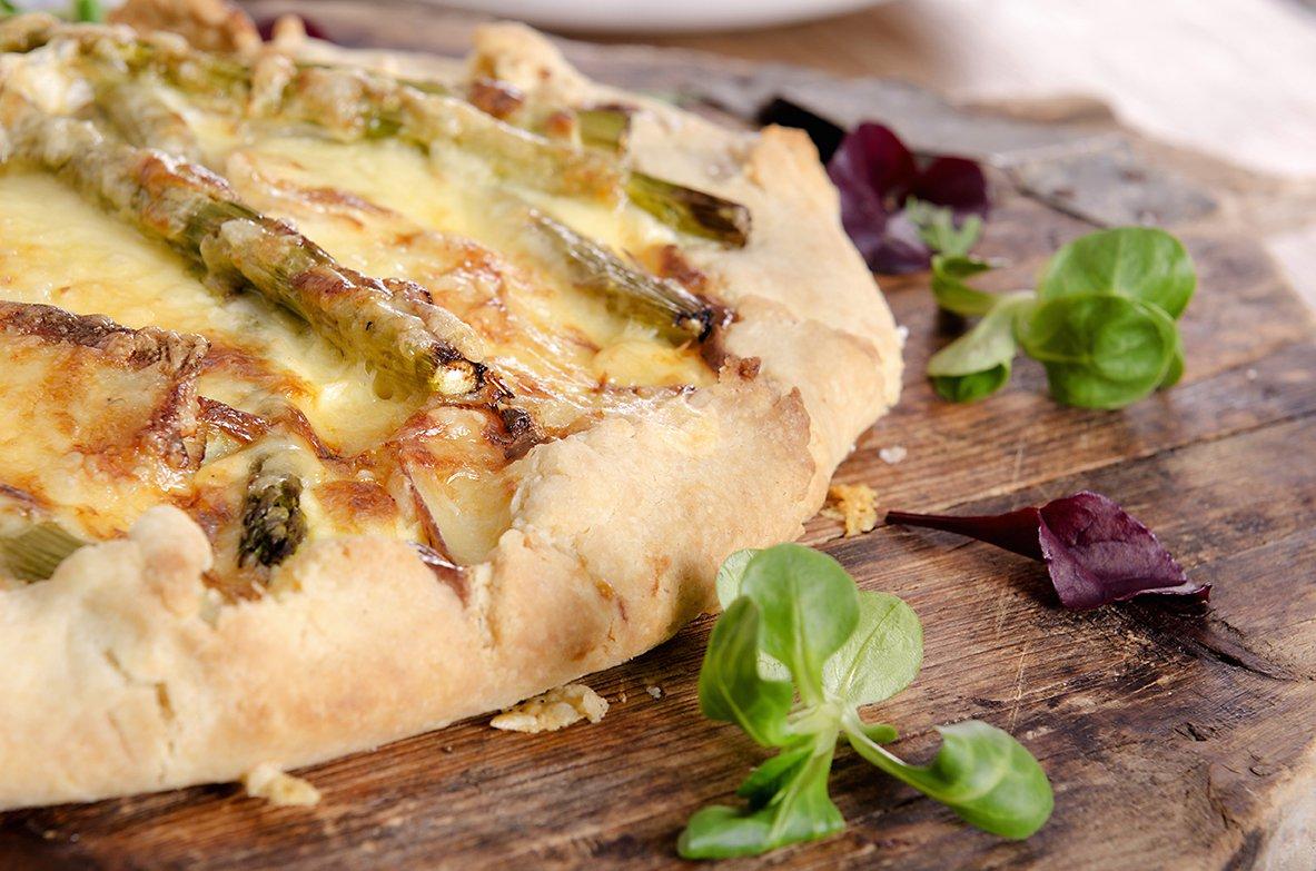 pai uten paiform med poteter og asparges