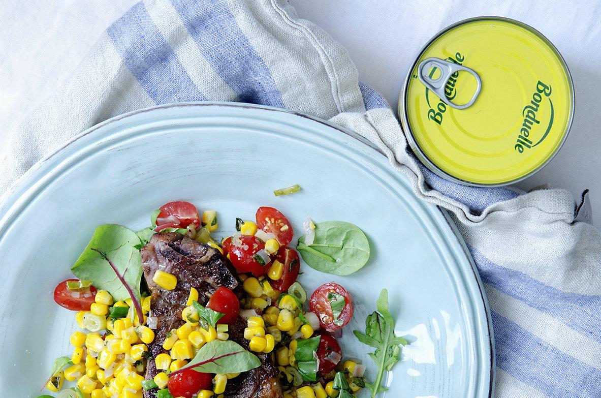 maissalat og grillede koteletter