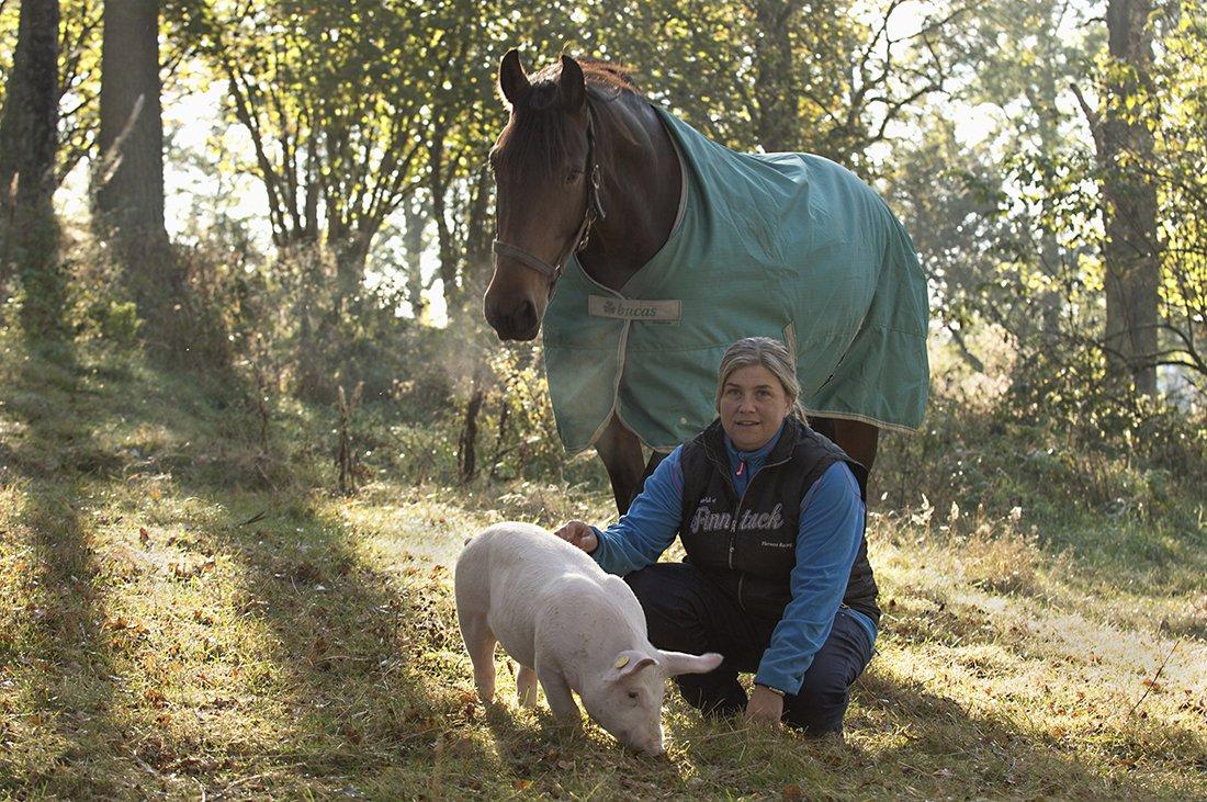 Eva med hest og gris