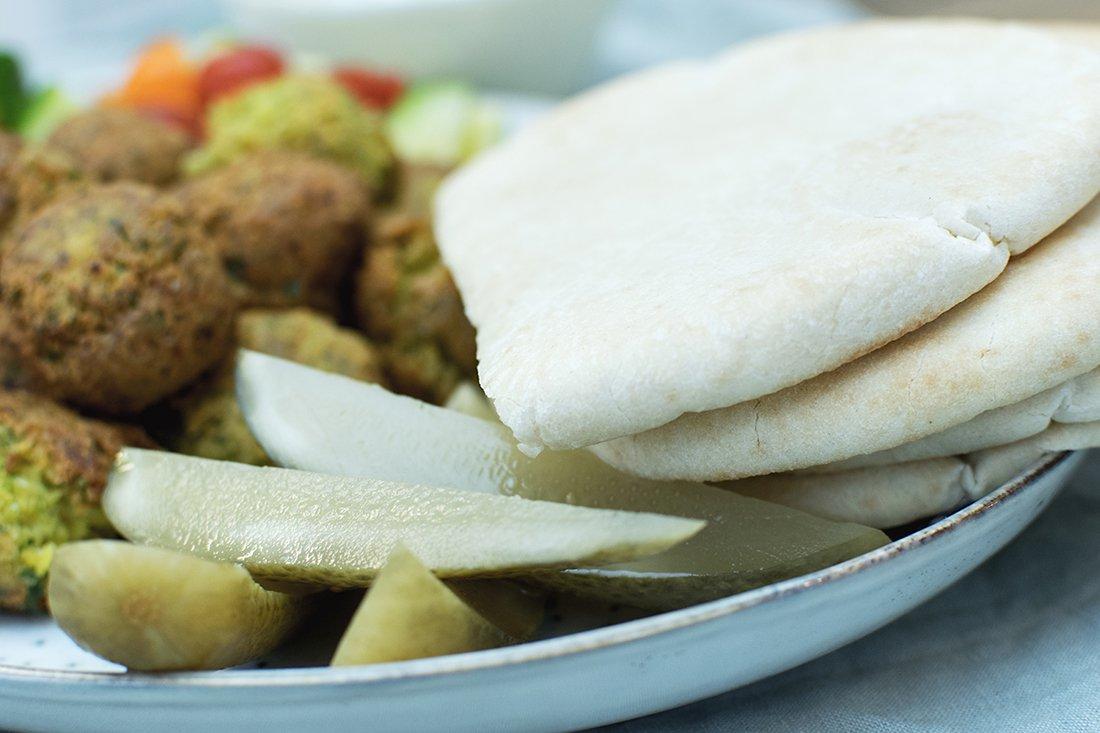 falafel med syltagurker og myntedressing