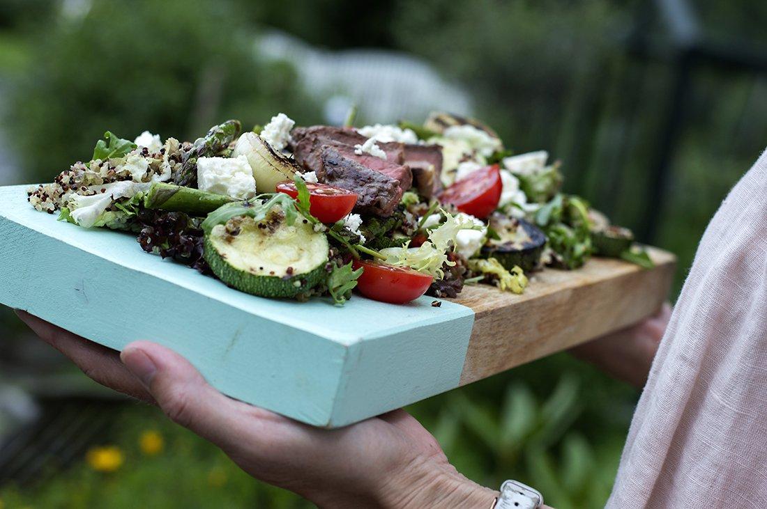 quinoasalat med grillede grønnsaker og biff