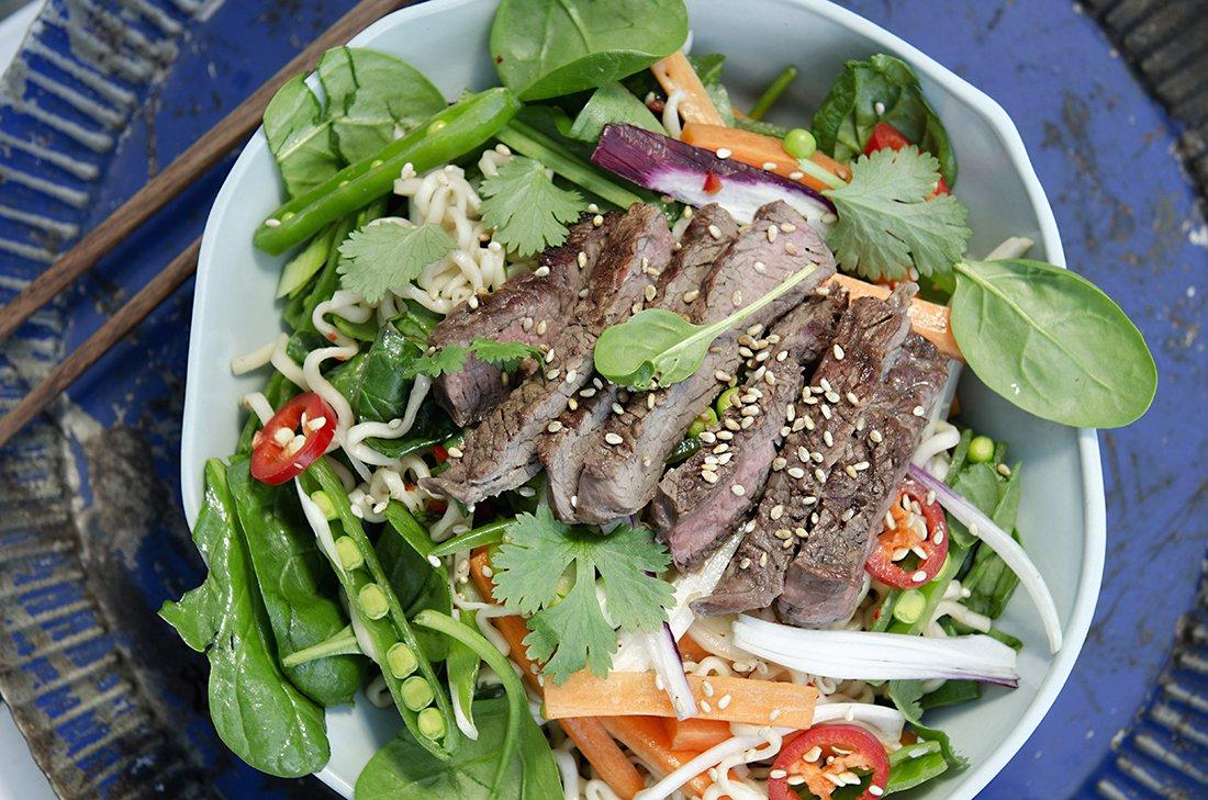 thaisalat med kjøtt, gulrot og eggnudler