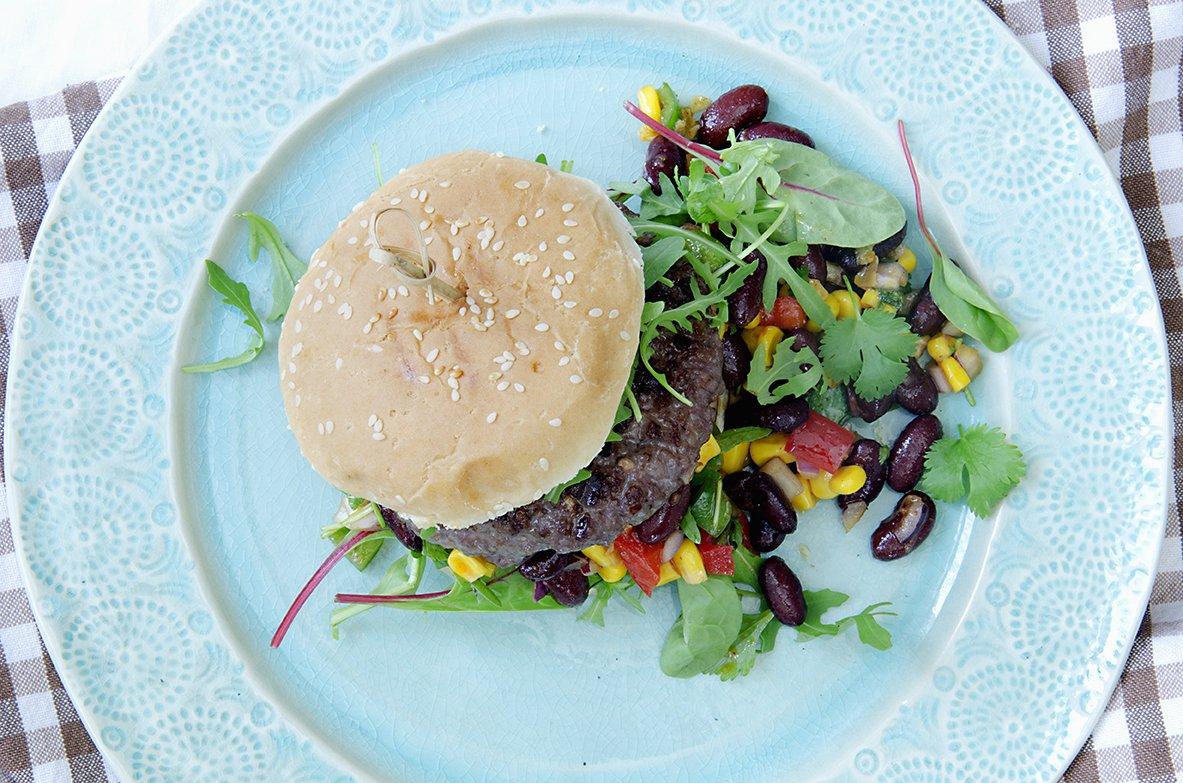 hamburger med mexicansk bønnesalat