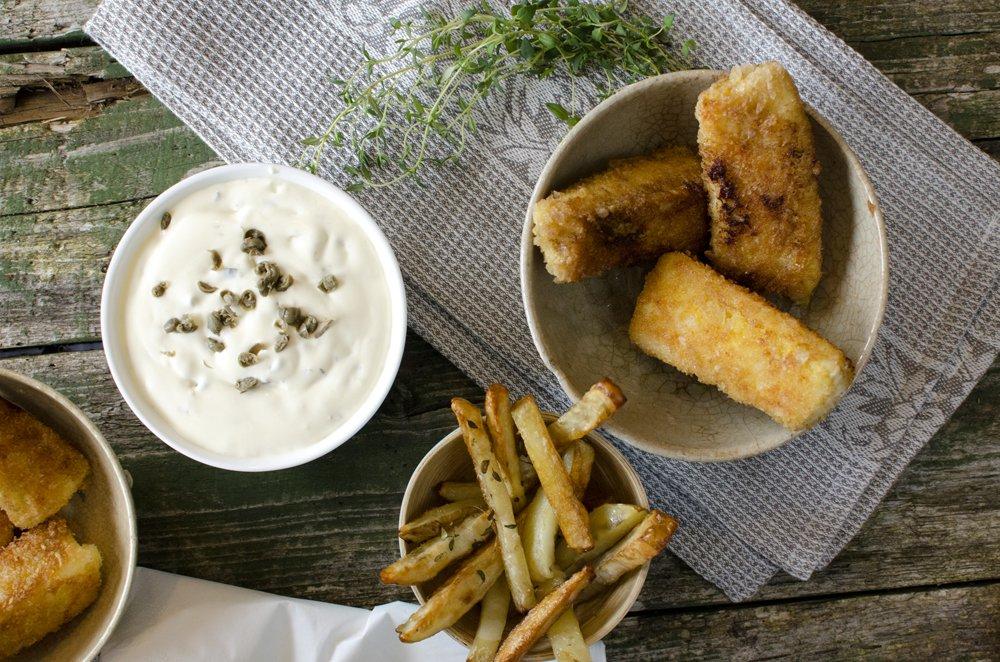 fiskepinner-med-pommes-frites-og-remulade-3