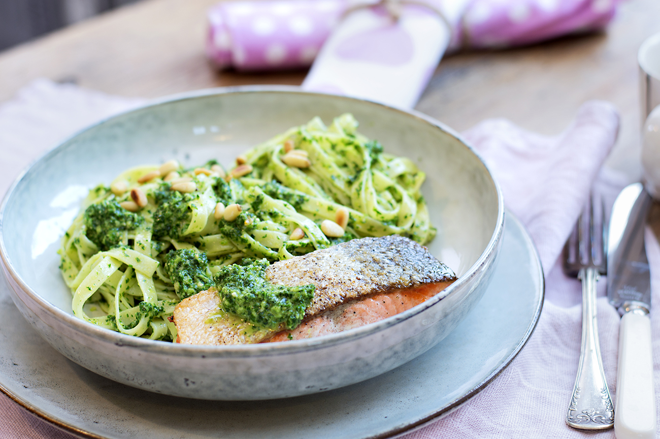 gronnkalspesto-med-pasta-og-stekt-laks