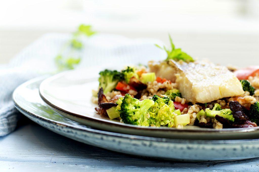 middagsbygg-med-stekt-fisk-gronnsaker-og-bacon