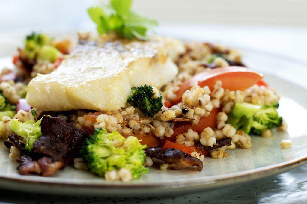 stekt-fisk-med-bacon-og-gronnsaker