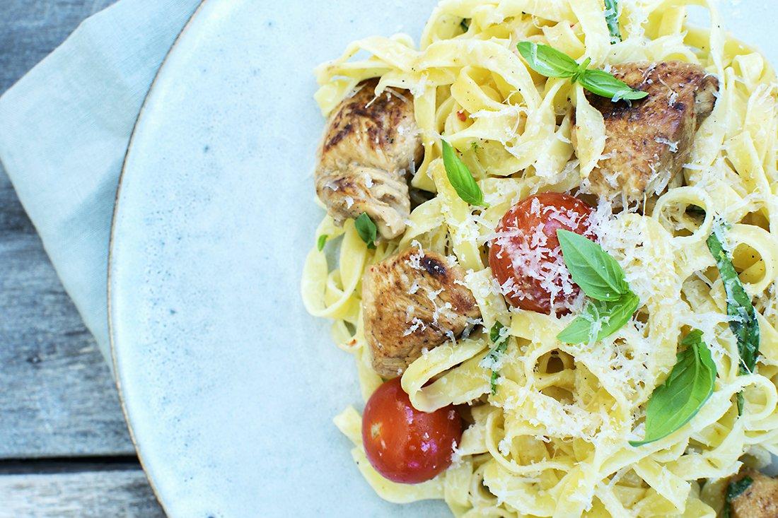 pasta-med-ostesaus-kylling-og-tomater