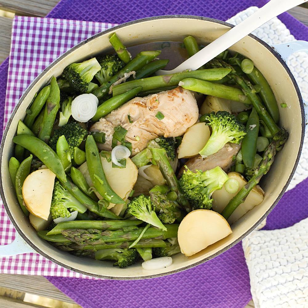 Vårlig kylling med nypoteter, asparges og sukkererter