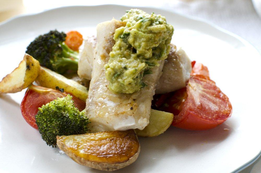 Stekt torsk med ovnsbakte grønnsaker og guacamole
