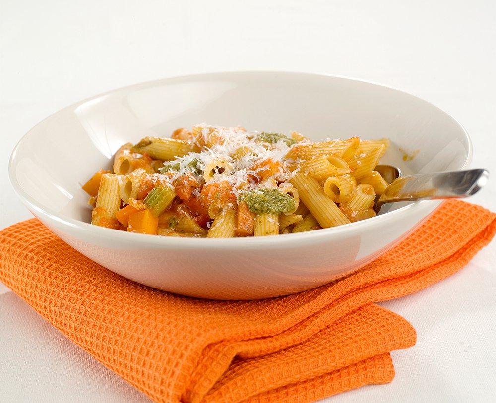 Pasta med kjapp tomatsaus og grønn pesto