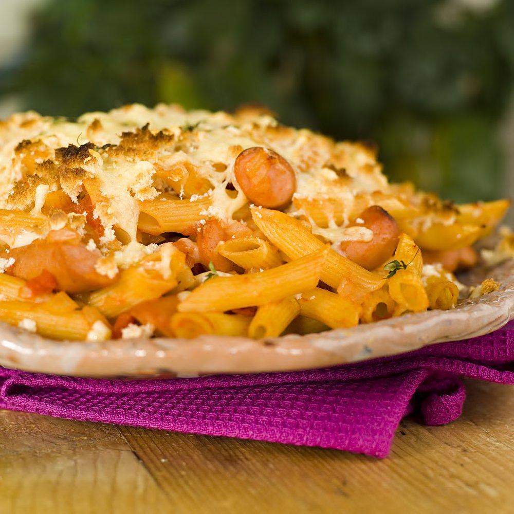 Bakt pasta med tomat, ost og pølse