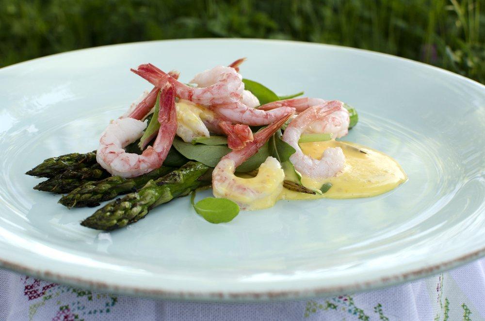 Grillet asparges og reker med sennepsmajones