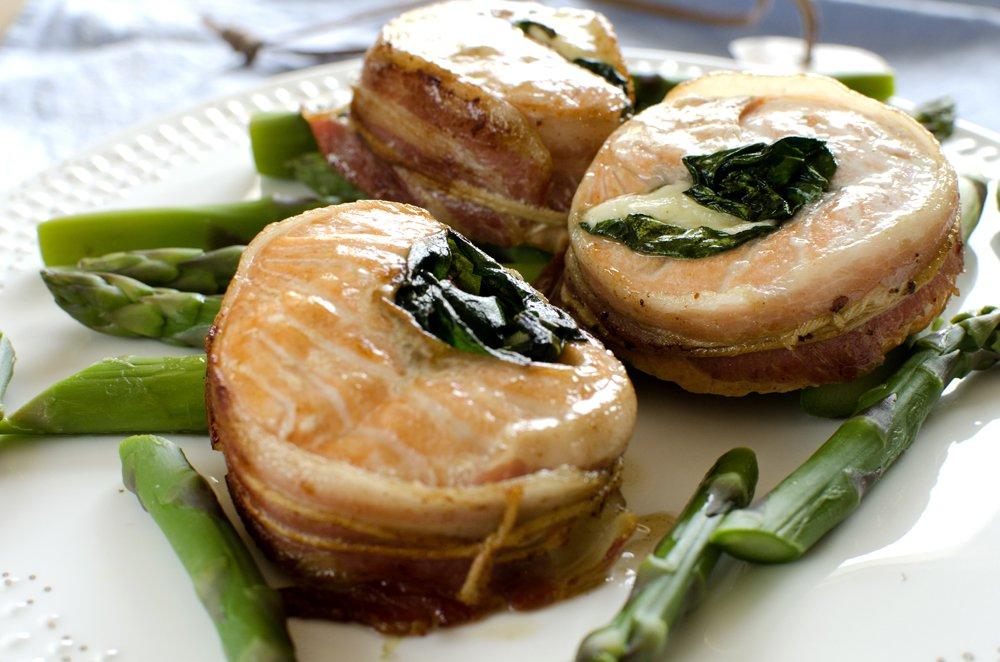 Baconsurret laks med spinat- og mozzarellafyll