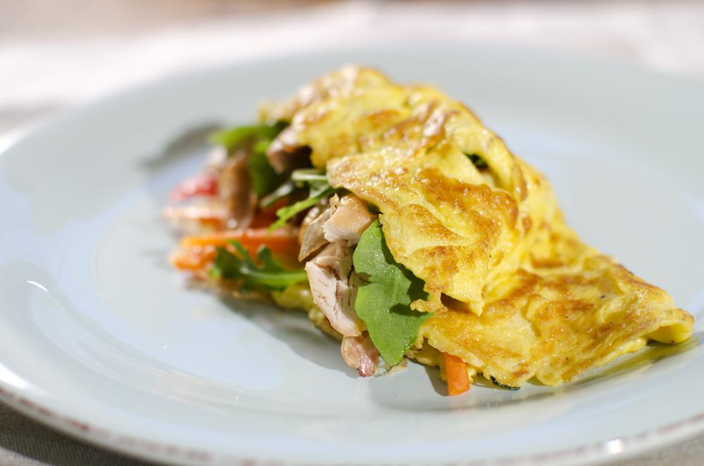 Fylt omelett med kylling og gulrot