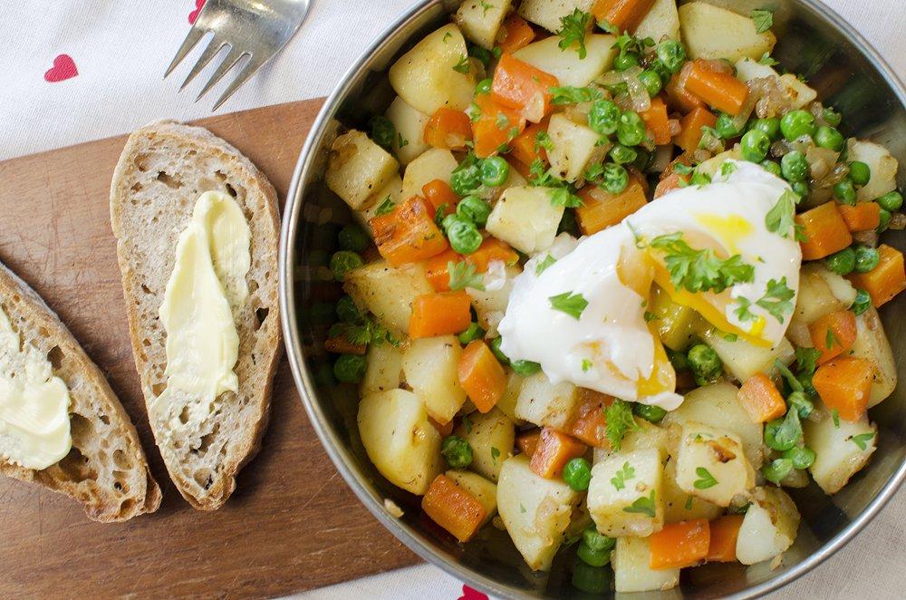 Pytt i panne med posjert egg