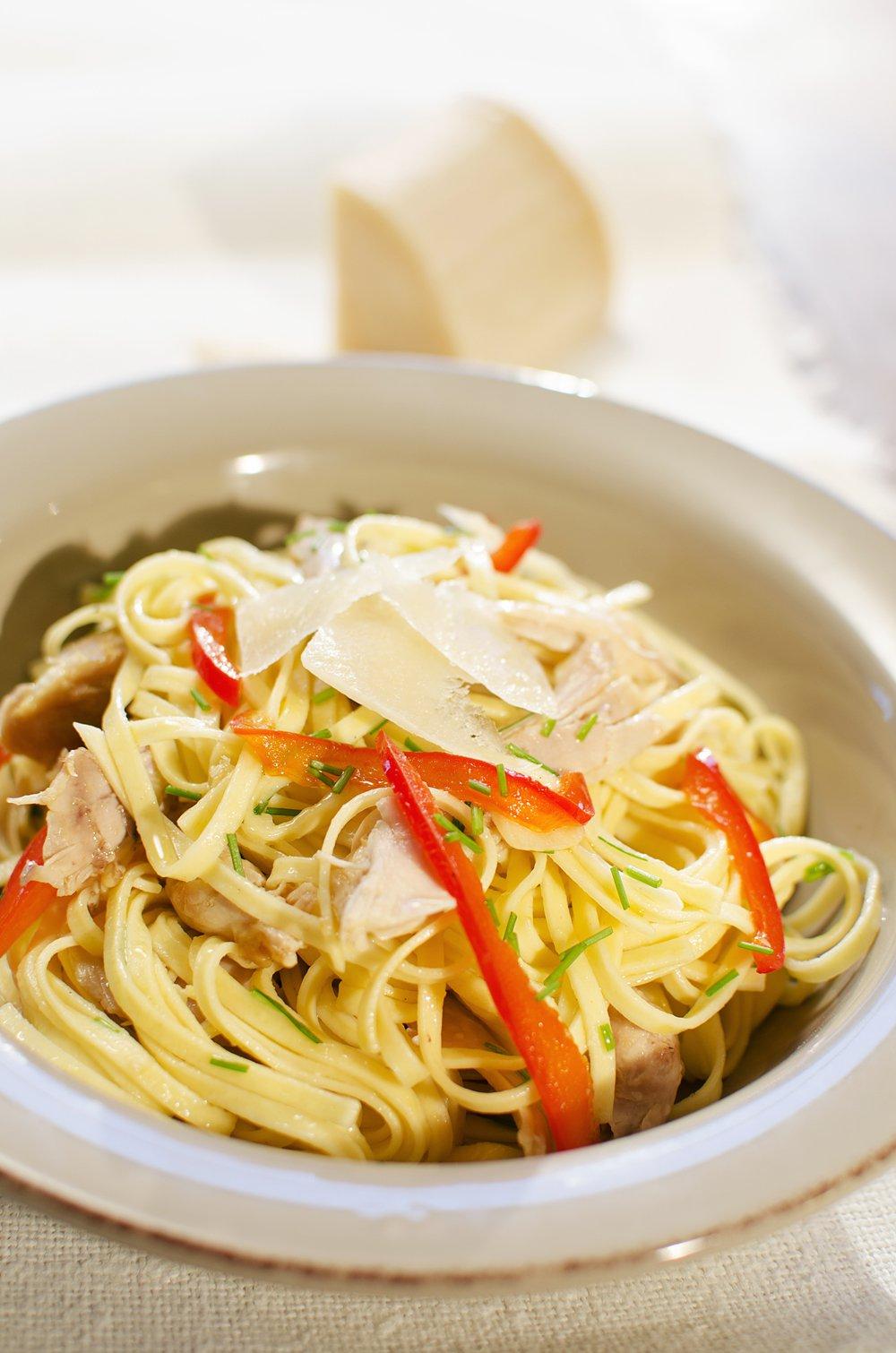 Spagetti med kylling, hvitløk og paprika