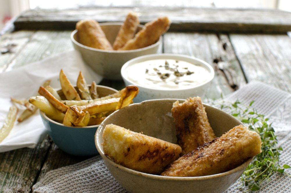 Fiskepinner med pommes frites og remulade