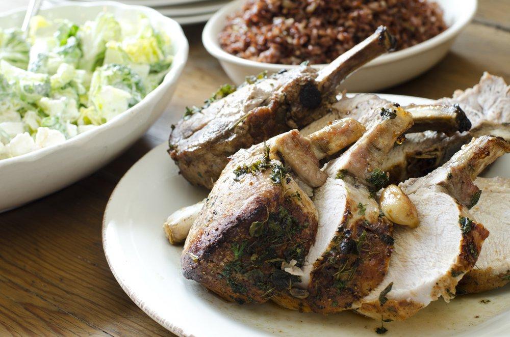 Svinecarré med rød ris og brokkolisalat