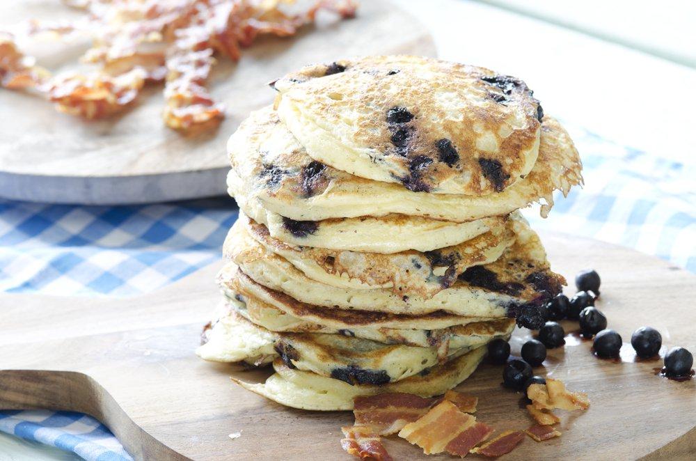 Små pannekaker med blåbær og bacon