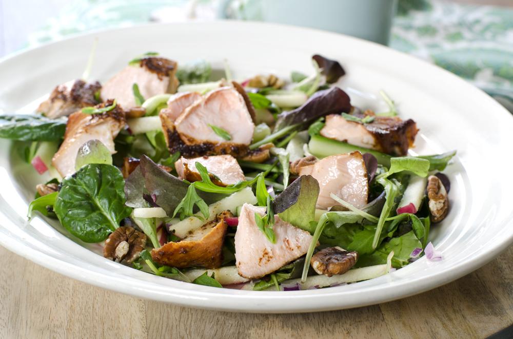 Supergod salat med honningrøkt laks
