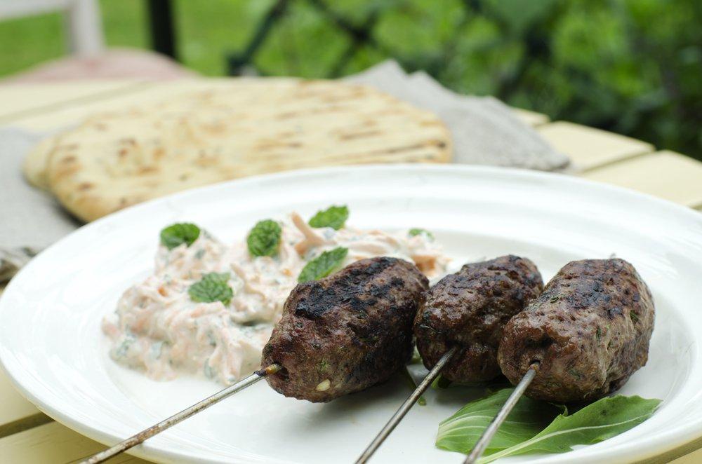 Grillede kebabs med yoghurtdressing