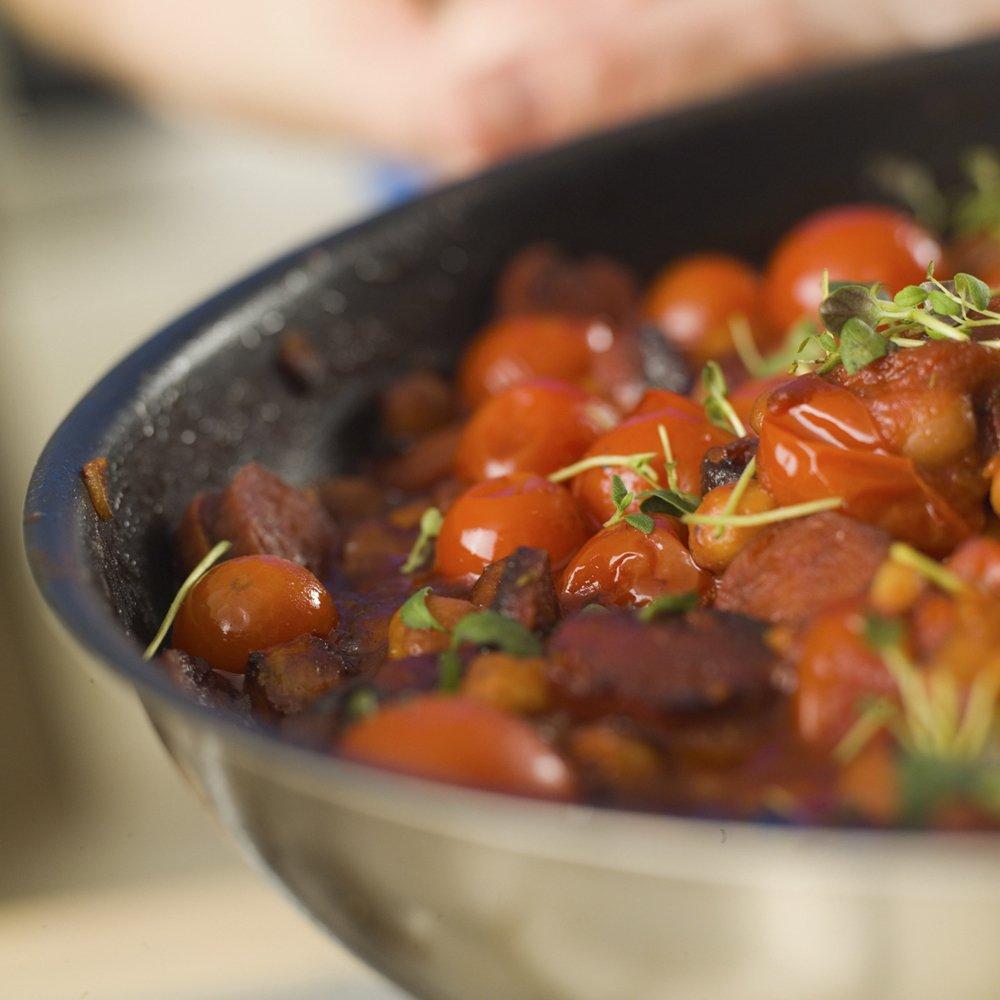 Stekt chorizo med bønner og tomat