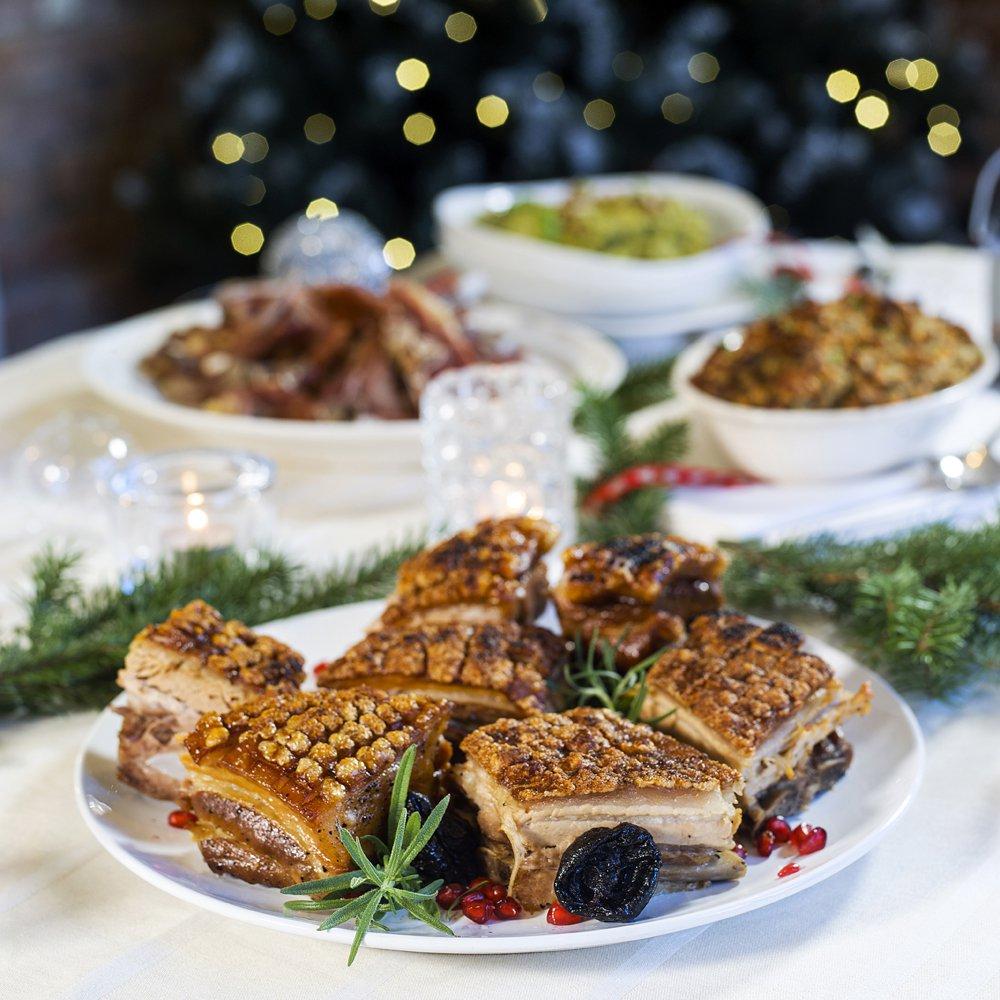 Juleribbe med salviepoteter, svisker og sjysaus