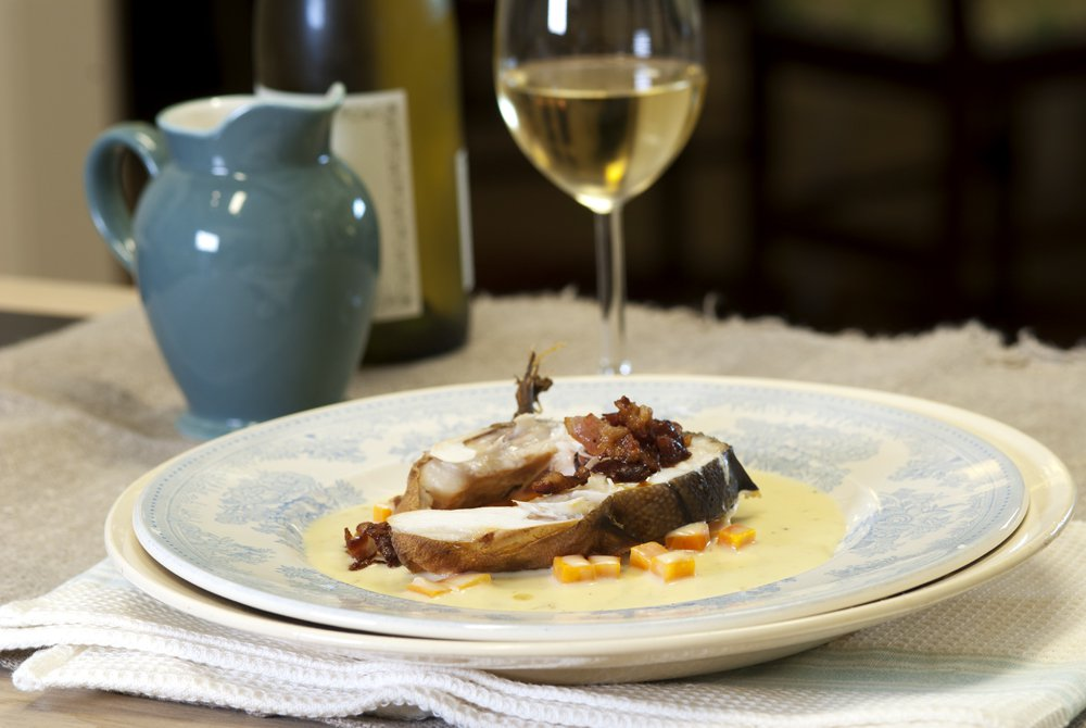 Deilig fisk med bacon og den beste hvite sausen
