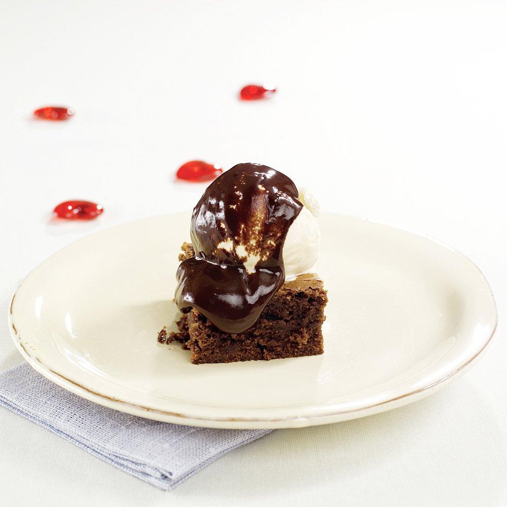 Myk brownies med is og varm sjokoladesaus