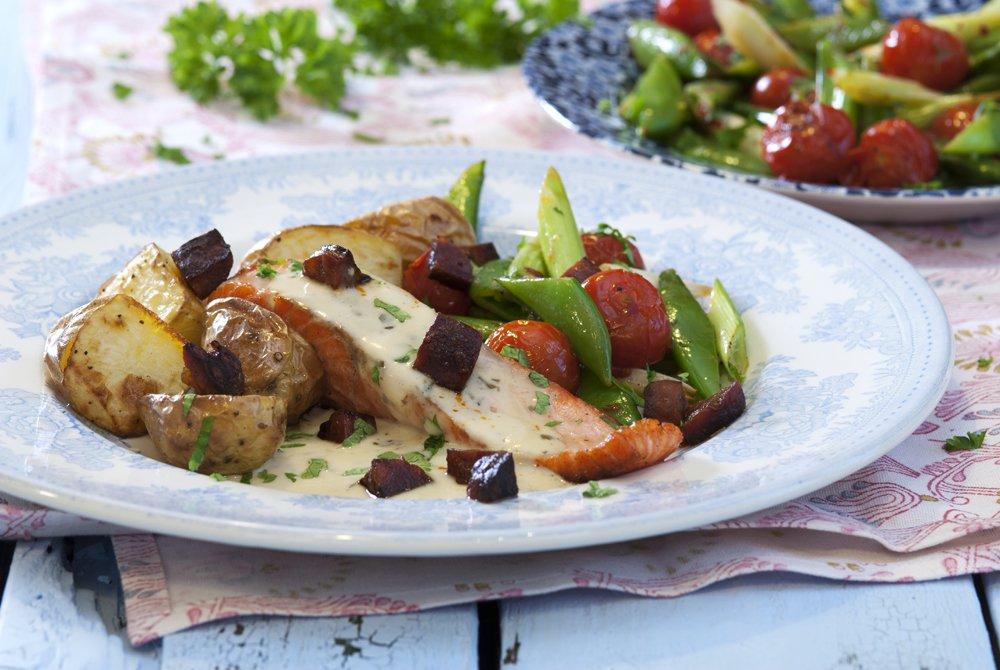 Stekt ørret med chorizo, grønnsaker og fiskesaus