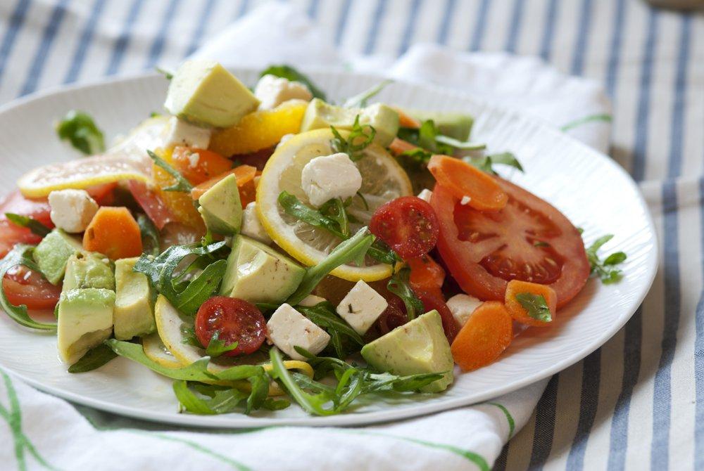 salat med avokado og tomat