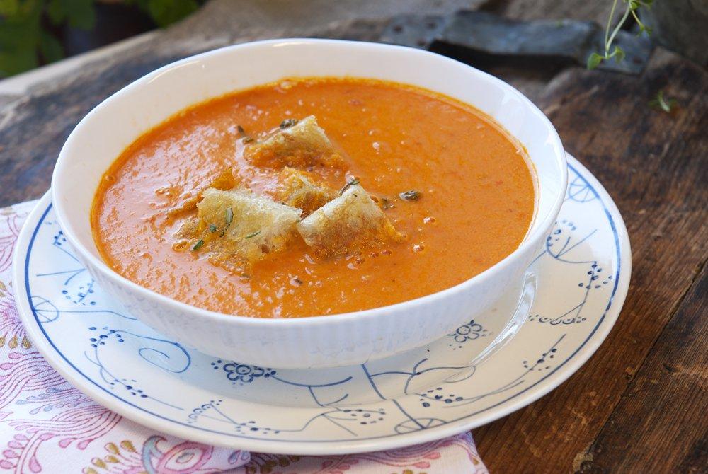 Tomat- og paprikasuppe med brødkrutonger