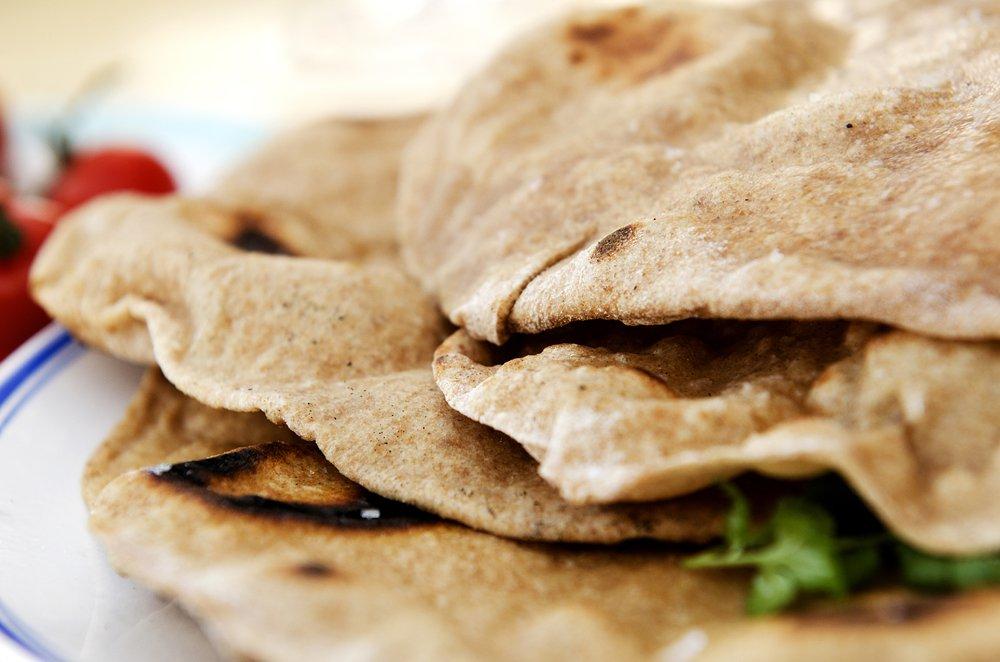 Saftige grillspyd med hjemmelagde brød